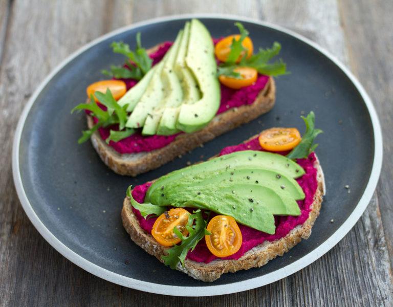 Ernährung Brot mit Avocado und Rotebeete