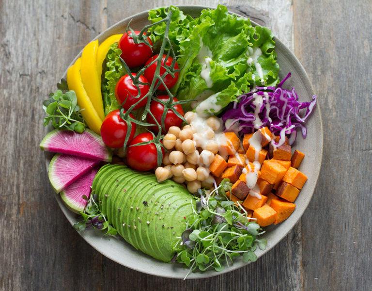Grüner Salat in Schüssel