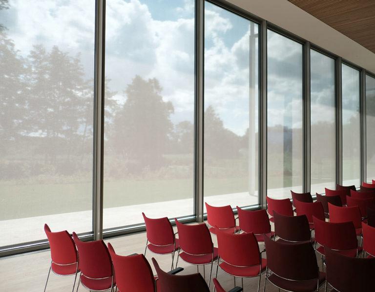 Stuhlreihe in Seminarraum