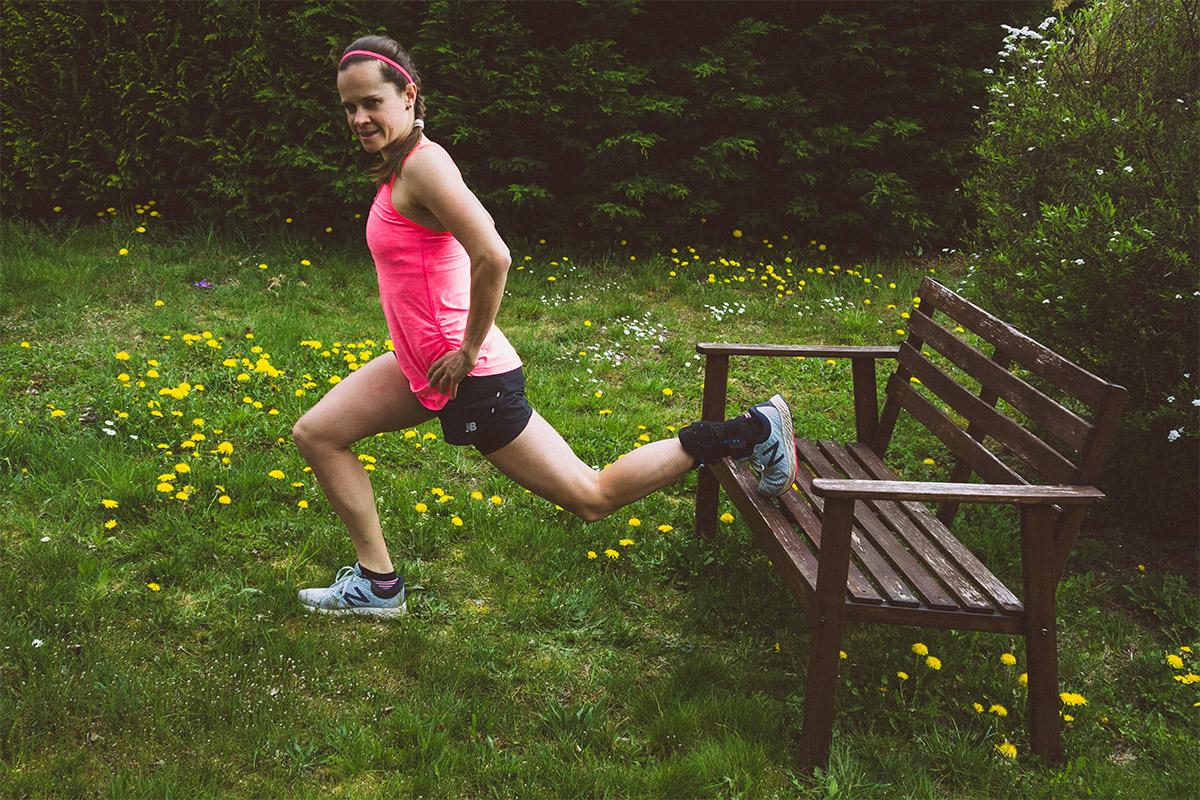 Einbeinige Kniebeuge bzw. einbeiniger Ausfallschritt mit dem Fuß auf einer Erhöhung